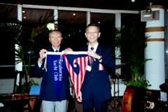 SYC旗とJBSA旗の交換を記念して写真撮影
